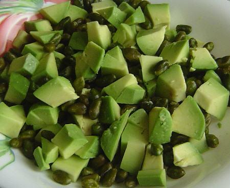 Салат сытный из авокадо и фисташек