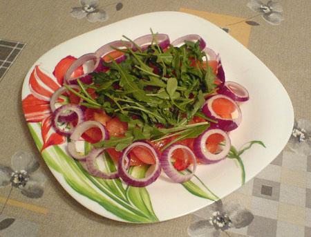 Салат из помидоров и рукколы
